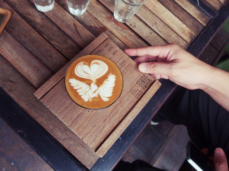 desenho do leite sob o café