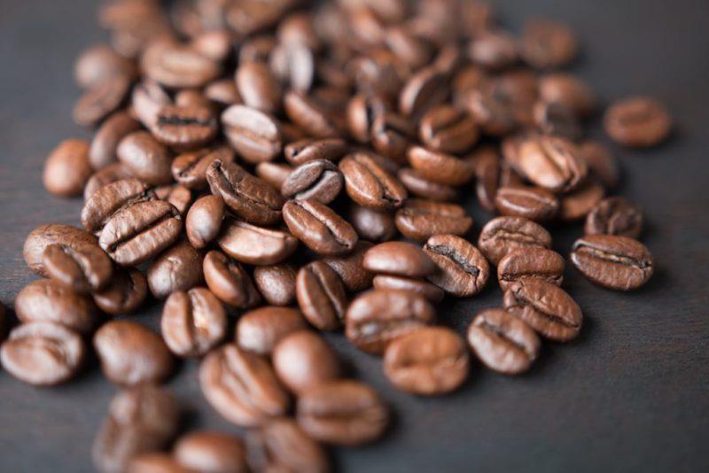Torra de café mais escura ajuda a crescer o cabelo